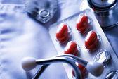 стетоскоп и таблетки и на врача смок — Стоковое фото
