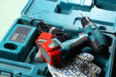 Cacciavite e guanti nella casella — Foto Stock