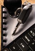Zápisník, auto klíč a počítačové klávesnice — Stock fotografie