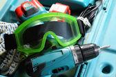 Trapano, guanti e occhiali di protezione nella finestra di — Foto Stock