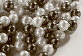 řetězec černé a bílé perly v tónování — Stock fotografie