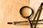 Para z kompasy i szkło powiększające — Zdjęcie stockowe