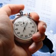 hand met stopwatch, begroting en twee mechanische ratelsleutels — Stockfoto