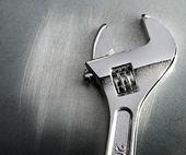 Schraubenschlüssel auf stahl kratzende hintergrund — Stockfoto