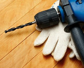 Hand drill and protective gloves — 图库照片