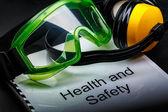 óculos e fones de ouvido — Fotografia Stock
