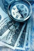 Vintage pusula ve para — Stok fotoğraf