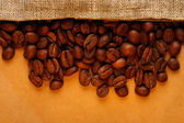 Kávová zrna s pytlem — Stock fotografie