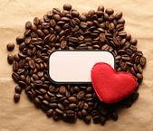 Kahve çekirdekleri etiketli ve kalp — Stok fotoğraf