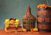 Wooden barrel and fruit in ceramic bowl — Photo