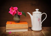 Roses in a vase on the table — Stock Photo