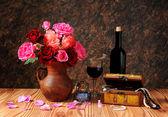 Rozen in keramische vaas en sieraden — Stockfoto