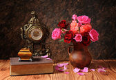 Roses in a ceramic vase and books — Stok fotoğraf