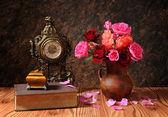 Roses in a ceramic vase and books — Stockfoto