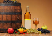 Wooden barrel, grapes and apples — Stock Photo