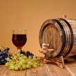 Wooden barrel and fresh grapes — Stock Photo