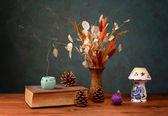 Old books and dried flowers — Zdjęcie stockowe