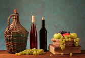 świeże owoce i wino w butelkach — Zdjęcie stockowe