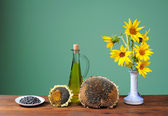 Sunflowers in a vase and oil — Stockfoto