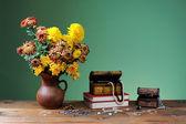 Fiori in vasi e gioielli — Foto Stock