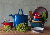 Old metal vessels and fresh peas — Foto Stock