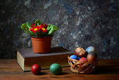 Easter eggs in wicker baskets and flowers — Stock Photo