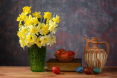 Flowers in a vase and Easter eggs — Stock Photo