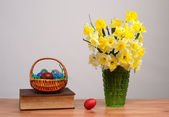 Flowers in a vase and Easter eggs — Foto Stock