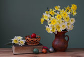 Flowers in a vase and Easter eggs — Photo