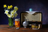 Bouquet of flowers in a vase and an old radio on the table — Stock Photo