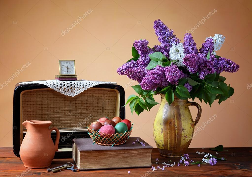 flieder in einer vase alten radio und ostereier stockfoto dragi52 44285141. Black Bedroom Furniture Sets. Home Design Ideas