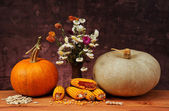 Pumpkins and flowers in a ceramic vase — Stock Photo