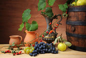 Wooden barrel for wine, ceramic pitcher and fruit — Zdjęcie stockowe