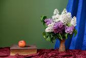 Seramik vazo içinde mor ve beyaz leylak — Stok fotoğraf