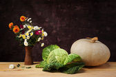 Flowers in a vase, cabbage and pumpkin — Stockfoto