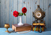 Old timepiece, books, flowers and jewelry — Foto de Stock
