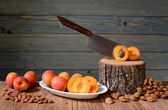 Fresh apricots, pitted and stump — Stock Photo