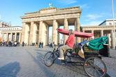 Conducenti di risciò a riposo in risciò a brandeburgo platz — Foto Stock