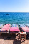 Chaises longues sur la plage — Photo