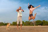 Mladý pár, skákání — Stock fotografie