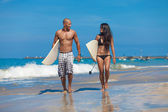 Young couple walking on beach — Stock Photo