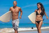 Молодая пара на пляже — Стоковое фото
