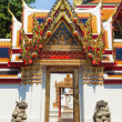 Door passageway in Wat Pho temple in Bangkok - 图库照片