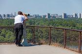 Tourist using binoculars — Stock Photo
