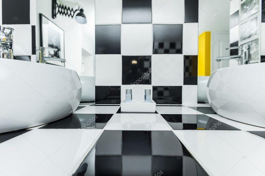 Scarica - Due lavelli in moderno bagno con piastrelle bianche e nere a ...