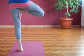 Young woman practicing yoga — Stockfoto