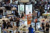 Tourists shopping at Duty Free Shop at Doha International Airport — Stock Photo