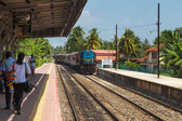 Train approaching Hikkaduwa train station — Stock Photo