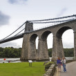 ett par kvinnor vid menai suspension bridge — Stockfoto