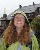 Naštvaná žena do očí bijící v dešti — Stock fotografie